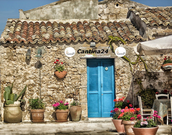 Image of a very old shop in Italy. Symbol for the Cantina24.